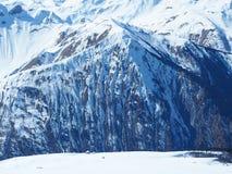 Montañas francesas cubiertas con nieve Fotos de archivo