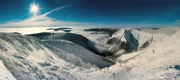 Montañas gigantes escénicas imágenes de archivo libres de regalías