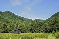 Montañas granero y pasto Fotografía de archivo libre de regalías