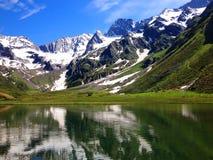Montañas guardadas nieve en verano Fotografía de archivo libre de regalías