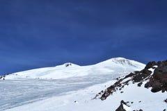 Montañas hermosas con el cielo azul, picos nevosos del invierno paisaje escénico asombroso de la naturaleza Fotografía de archivo libre de regalías
