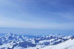 Montañas hermosas con el cielo azul, picos nevosos del invierno paisaje escénico asombroso de la naturaleza Imágenes de archivo libres de regalías