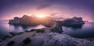 Montañas hermosas contra el cielo nublado colorido en la puesta del sol Imágenes de archivo libres de regalías