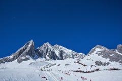 Montañas hermosas de la nieve Imagenes de archivo