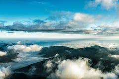 Montañas hermosas debajo del cielo azul nublado Fotos de archivo libres de regalías