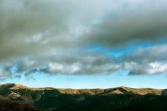 Montañas hermosas debajo del cielo nublado Fotografía de archivo libre de regalías