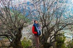 Montañas hermosas del Backpacker del viajero de la mujer La chica joven que plantea la sonrisa toma a resto el fondo del norte de Imagen de archivo libre de regalías