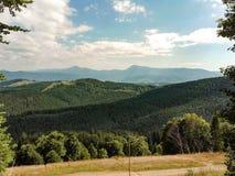 Montañas hermosas del paisaje del verano de Carpatian con el cielo nublado b fotos de archivo libres de regalías