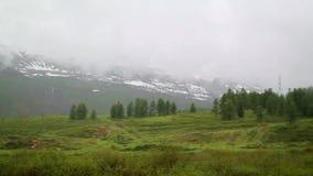 Montañas hermosas, tiro de un coche móvil almacen de metraje de vídeo