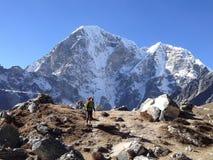 Montañas Himalayan, pista del campo bajo de Everest Foto de archivo libre de regalías