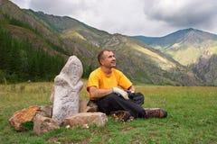Montañas, hombres y ídolo. Foto de archivo libre de regalías
