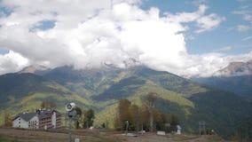 Montañas, hoteles de estación de esquí y cañones verdes de la nieve almacen de metraje de vídeo
