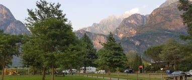 Montañas iluminadas en crepúsculo foto de archivo libre de regalías