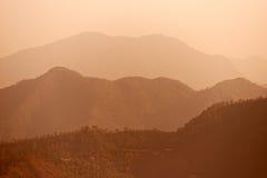 Montañas indias brumosas de Himalaya de la madrugada fotos de archivo libres de regalías