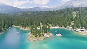 Montañas 4k aéreo de la primavera de Flims del lago Caumasee almacen de video