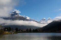 Montañas, lago y nubes Foto de archivo libre de regalías
