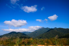 Montañas a lo largo del camino. Fotografía de archivo libre de regalías