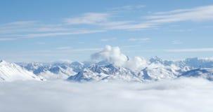 Montañas máximas nubladas 4k almacen de metraje de vídeo