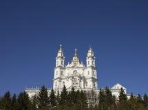 Montañas majestuosas de la iglesia ortodoxa en Europa Fotografía de archivo libre de regalías