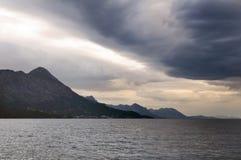 Montañas, mar y tormenta imagen de archivo libre de regalías