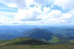 Montañas maravillosas azules y verdes de las montañas con las nubes en fondo Fotografía de archivo libre de regalías