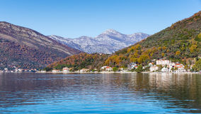 Montañas multicoloras. Bahía de Kotor. Montenegro. Foto de archivo libre de regalías