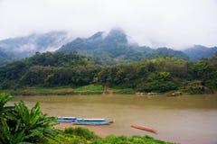 Montañas muy altas en Laos el río Fotos de archivo