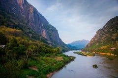 Montañas muy altas en Laos el río Foto de archivo