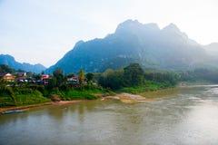 Montañas muy altas en Laos el río Imágenes de archivo libres de regalías