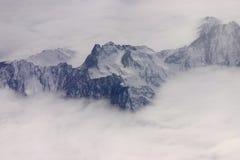 Montañas negras en la niebla Fotos de archivo