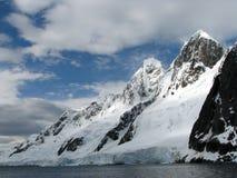 Montañas nevadas Foto de archivo libre de regalías