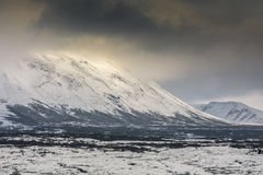 Montañas nevadas en el parque nacional de Thingvellir, Islandia Imagen de archivo libre de regalías
