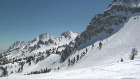 Montañas nevadas en la estación de esquí metrajes