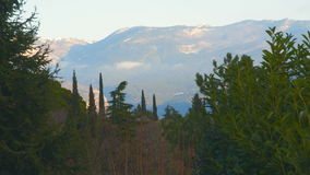 Montañas nevadas en las nubes metrajes