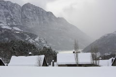 Montañas nevadas, Tramacastilla de Tena, los Pirineos Fotografía de archivo libre de regalías
