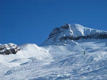 Montañas nevadas, y cuesta del esquí Fotos de archivo