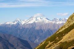Montañas nevadas y picos rocosos en las montañas francesas fotografía de archivo