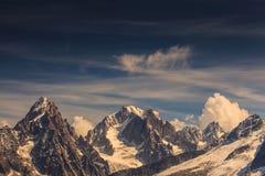 Montañas nevadas y picos rocosos en las montañas francesas Imagen de archivo