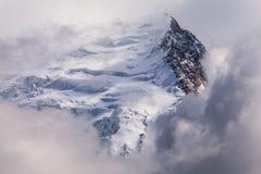 Montañas nevadas y picos rocosos en las montañas francesas Imágenes de archivo libres de regalías