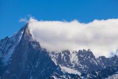 Montañas nevadas y picos rocosos en las montan@as Imágenes de archivo libres de regalías