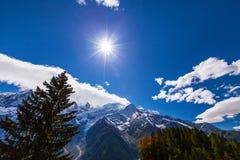 Montañas nevadas y picos rocosos en las montan@as Imagen de archivo