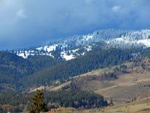 Montañas Nevado con el cielo nublado Imagen de archivo libre de regalías