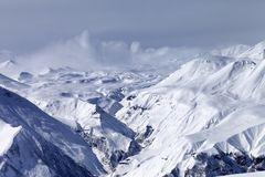 Montañas Nevado en calina fotografía de archivo libre de regalías