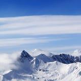 Montañas Nevado en calina fotografía de archivo