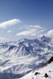 Montañas Nevado en día agradable del sol Fotos de archivo libres de regalías