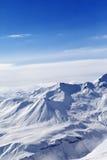 Montañas Nevado en día asoleado Imagen de archivo libre de regalías