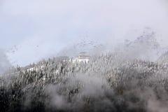 Montañas Nevado en el cielo azul el Cáucaso de las nubes Imagen de archivo