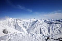 Montañas Nevado en el día agradable del sol Fotos de archivo