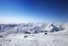 Montañas Nevado en el día agradable del sol Fotos de archivo libres de regalías
