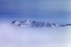 Montañas Nevado en niebla Imagenes de archivo